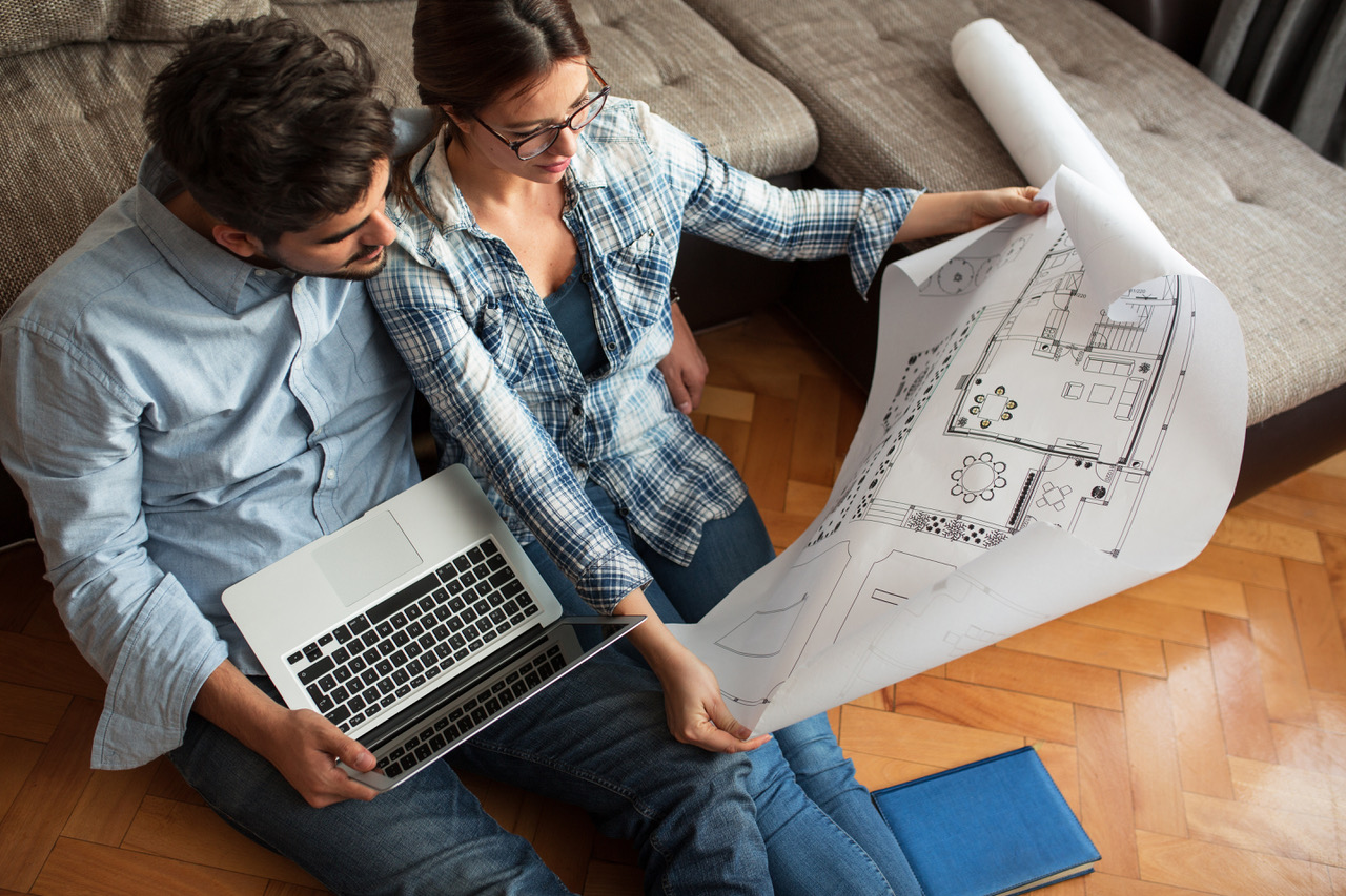 deux personnes en train de regarder un plan